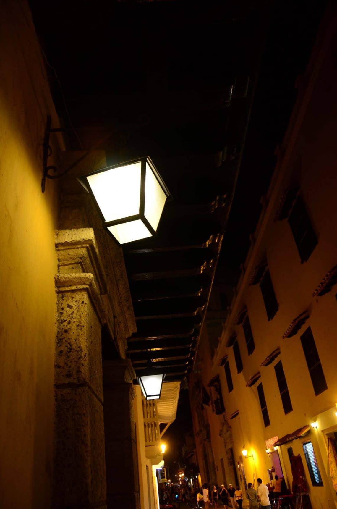 Allée à Cartagène la nuit Colombie