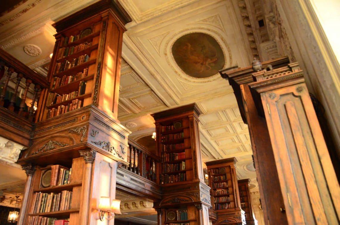 Etagères de la librairie Café Pushkin