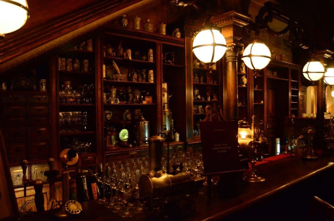 Bar façon apothicaire Café Pushkin