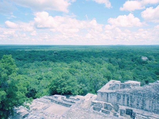 Jouer à l'aventurier à Calakmul, Mexique