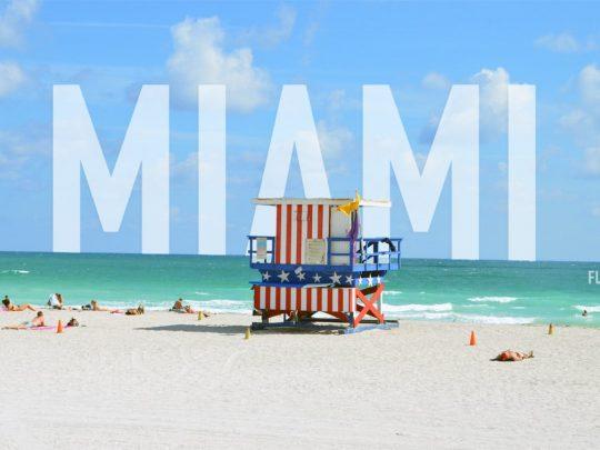 Prendre le soleil sur Ocean Drive à Miami, USA
